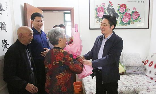 李亦博看望勞模和青年五四獎章獲得者