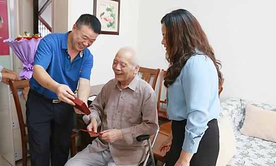 朱暑光看望慰问离休干部和全国劳动模范 中国财经新闻网 www.prcfe.com